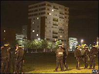 Policía vigila los suburbios parisinos.