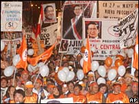 Mr Fujimori supporters stage a rally in Lima on 6 November 2005