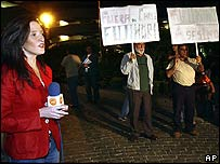 Una periodista de la televisión chilena junto a manifestantes contra Fujimori.