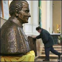 Бюст Кароля Войтылы в московской церкви