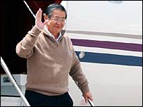 Fujimori aterriza en Santiago, Chile.