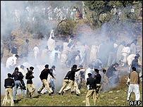Policía pakistaní trata de controlar a los manifestantes.