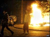 Un joven se para en frente de las llamas