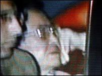 Toma televisiva del momento en que Fujimori es trasladado detenido.