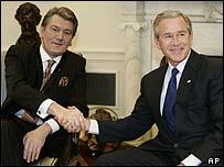 President Yushchenko (l) with President Bush