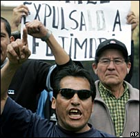 Protestors in Lima, Peru, demanding Mr Fujimori's expulsion from Chile