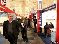 Empresarios iraquíes pasean por los puestos de la exposición.
