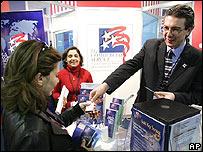 Una empresaria de Irak recibe información del Servicio Comercial de EE.UU.