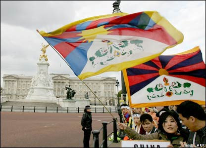 Protestors fly flags outside Buckingham Palace