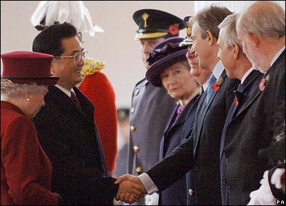 President Hu Jintao, next to the Queen (l), shakes hands with Tony Blair, who is next to Jack Straw and Charles Clarke