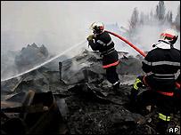 Bomberos franceses controlan un incendio en la ciudad de Arras, al norte de Francia