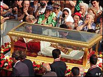 Catholics pay respects to Pope John XXIII