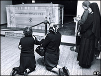 Mourners at the grave of John Paul I