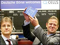 Businessmen with solar cell in front of German stock exchange.  Image: Thomas Lohnes/AFP/Getty