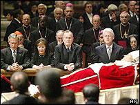 Президенты Буш-младший, Буш-старший и Билл Клинтон перед гробом Папы