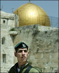Israeli soldier in front of Temple Mount/Haram as-Sharif