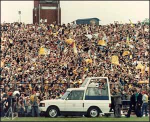 Popemobile at Murrayfield Stadium/Copyright Pontificia Felici and L'Osservatore Romano