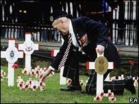 Veteran laying poppy in Edinburgh