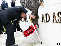 Henry Allingham laying a wreath