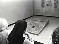 Nuns at the tomb of Pope Paul VI, 1978