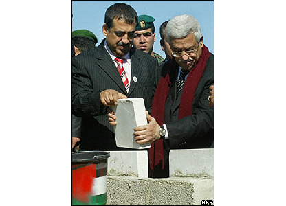 Mahmoud Abbas lays the foundation stone of a new Arafat mausoleum