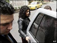 Monica Roa acompañada por guardaespaldas