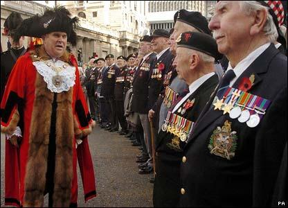 Alderman David Brewer meets World War II veterans