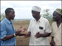 Hamza Ruwa Nzai (L), spokesman of the Republican Council, speaks to elders of the council