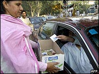 Woman in Lahore collecting money for earthquake victims 