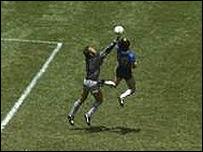 Maradona convierte el primero contra Inglaterra, M�xico 1986