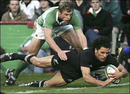 Doug Howlett scores for the All Blacks