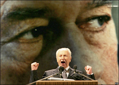 Former Israeli Prime Minister Shimon Peres speaks at the rally