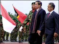 Indonesian President Susilo Bambang Yudhoyono (left) with East Timorese President Xanana Gusmao