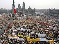 More than 100,000 people gathering to support Mexico City's Mayor Andres Manuel Lopez Obrador, 7 April 2005
