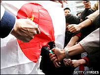 Chinese protesters set light to a Japanese flag