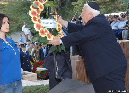 Prime Minister Ariel Sharon lays a wreath