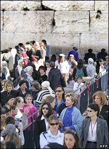 Hillary Clinton among the crowds at the Western Wall in Jerusalem