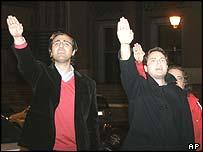 Partidarios de Franco saludan su última estatua en Madrid, mientras era retirada.