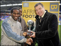 Nigeria's Jay-Okocha receives the 2004 African Footballer of the Year award from Sam Allardyce