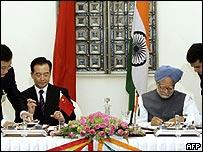 El primer ministro de China, Wen Jiabao, y su homólogo indio, Manhoman Singh, firman acuerdos
