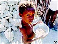 Un niño haitiano con un plato de arroz
