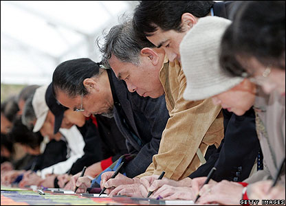 Well-wishers sign visitors' books in honour of the wedding of former Princess Sayako