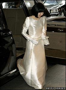 Princess Sayako leaves the imperial limousine in her wedding dress