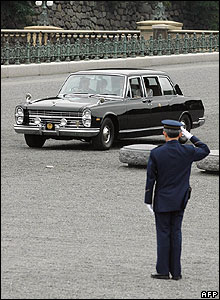 Guard salutes the imperial limousine carrying Princess Sayako to her wedding