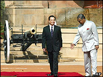 An Indian official, right, welcomes Chinese Premier Wen Jiabao - 11/04/05