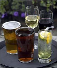 Бокалы с вином и стаканы с пивом