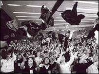Los comunistas festejan cuando su partido volvió a ser legalizado en 1977.