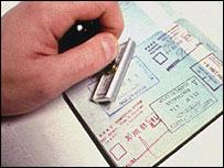 Un pasaporte siendo estampado