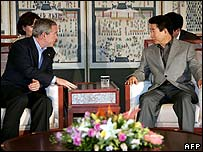 President Bush (left) in talks with Korean President Roh Moo-hyun