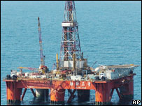 A gas drilling rig operated by a Chinese consortium in the East China Sea (July 2004)